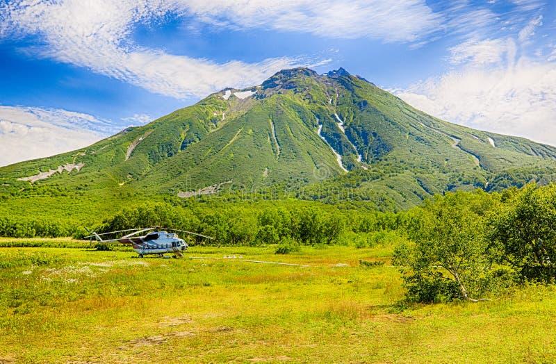 Helikopter op Khodutka-Vulkaan Aardpark de Zuid- van Kamchatka stock fotografie