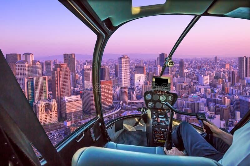 Helikopter op Osaka Skyline stock fotografie