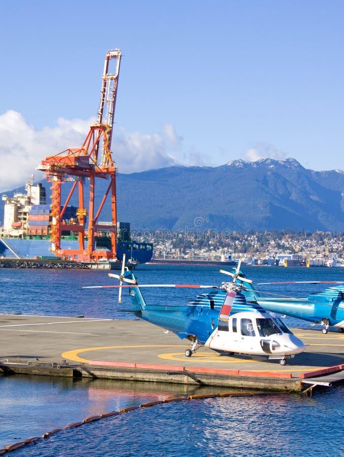 Helikopter op platform stock foto's