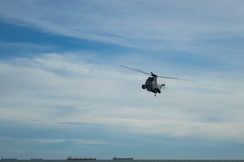 Helikopter op vlucht royalty-vrije stock afbeeldingen
