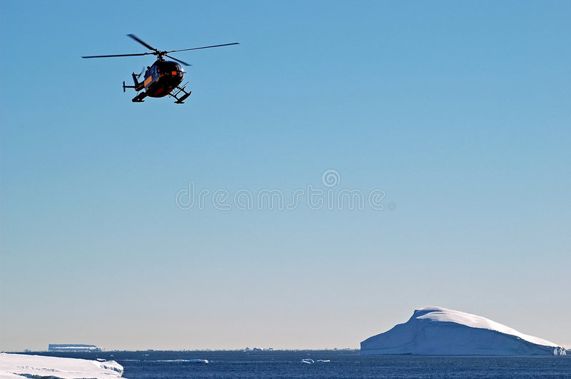 Helikopter over Antarctisch ijsberglandschap royalty-vrije stock foto's