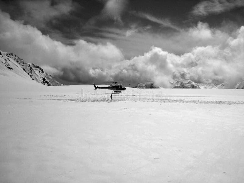 Helikopter på en glaciär arkivfoton