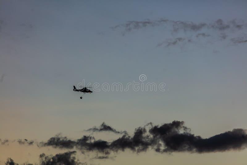Helikopter på solnedgången arkivbild