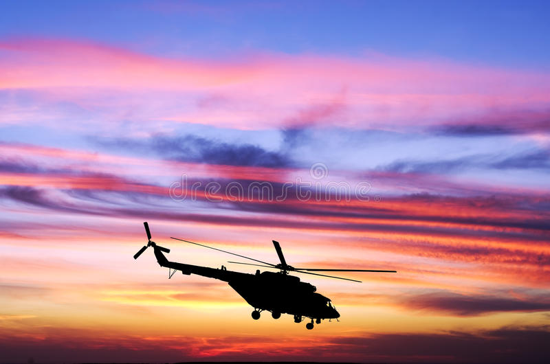 Helikopter på solnedgången royaltyfria bilder
