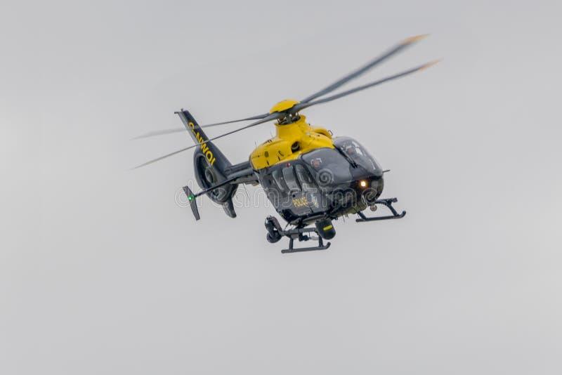 Helikopter policyjny na patrolu obraz stock