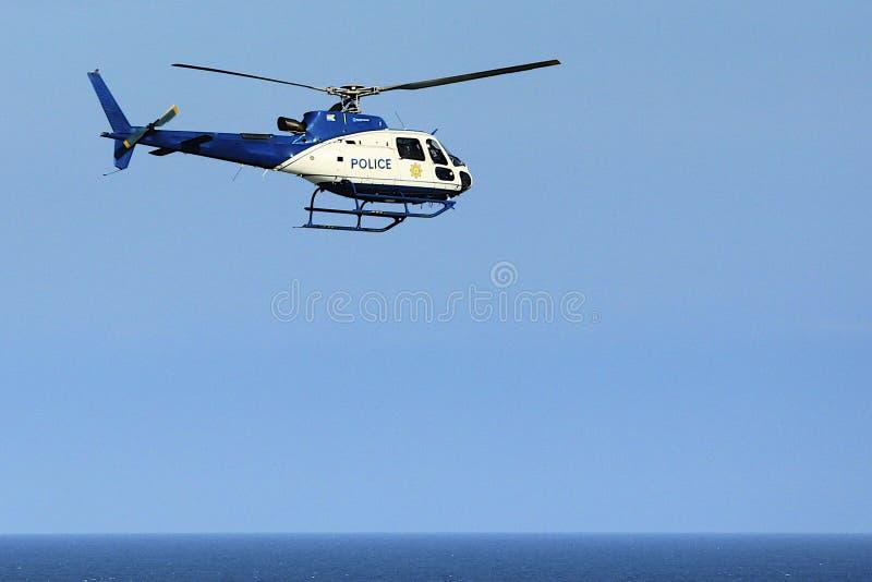 Helikopter policyjny nad morzem obrazy royalty free
