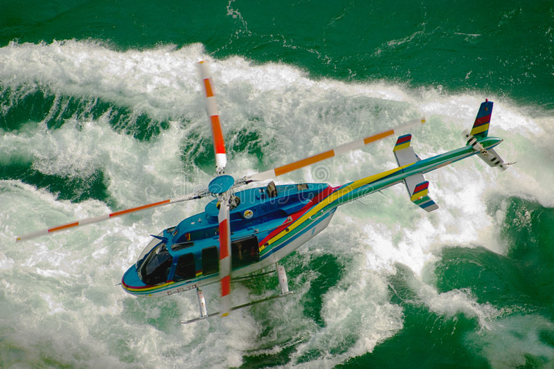 helikopter ponad whitewater obrazy stock