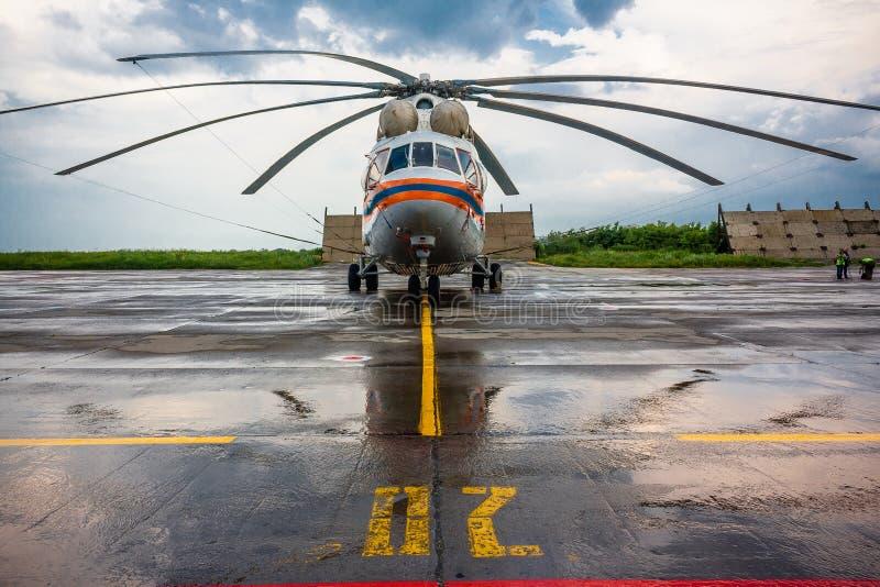 Helikopter przy lotniskiem zdjęcie royalty free