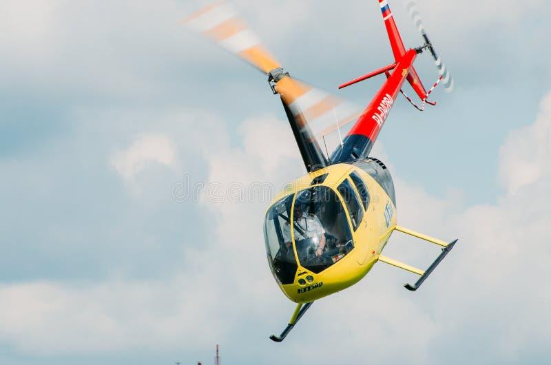 Helikopter robinson, Ryssland, Tyumen Augusti 2014 royaltyfri fotografi