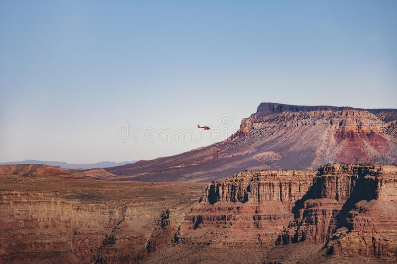 Helikopter som flyger över Grand Canyon den västra kanten - Arizona, USA royaltyfri bild