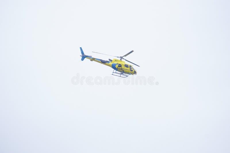 Helikopter som flyger den Moto GP-strömkretsen arkivfoto