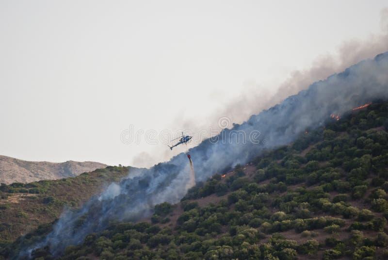 Download Helikopter Vs Ogień W Sardinia Zdjęcie Stock - Obraz: 26028436