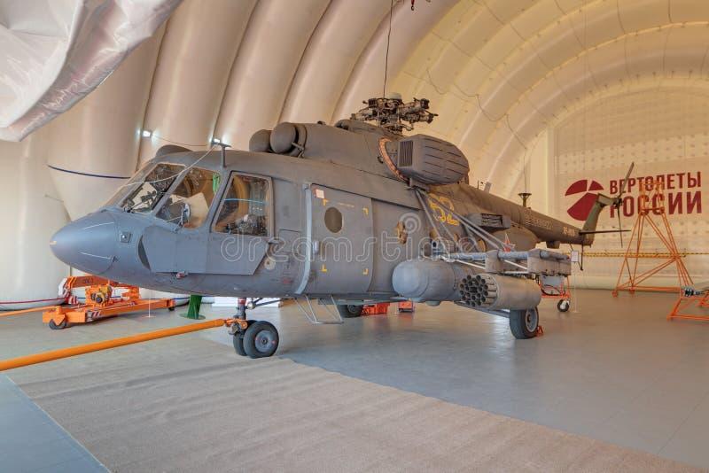 Helikopter w nadmuchiwanym hangarze obraz stock