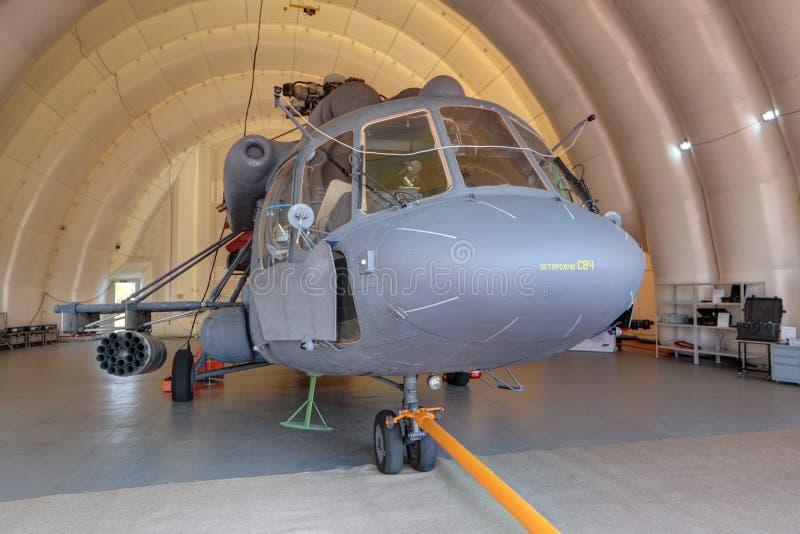 Helikopter w nadmuchiwanym hangarze zdjęcia stock