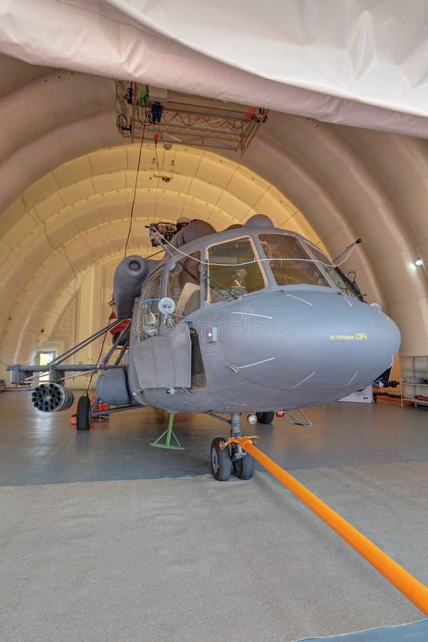 Helikopter w nadmuchiwanym hangarze obrazy stock