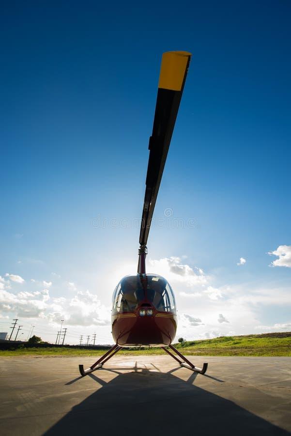 Helikopter widzieć od przodu na ziemi fotografia royalty free