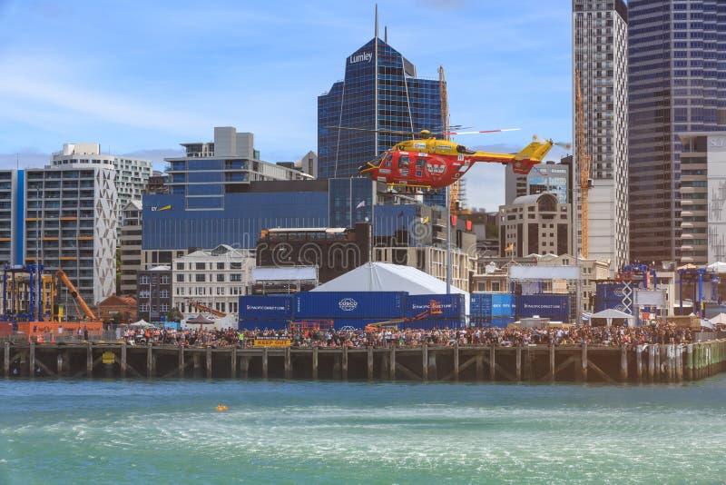 Helikopter wynosi symulującego woda ratuneku, Auckland, Nowa Zelandia fotografia stock