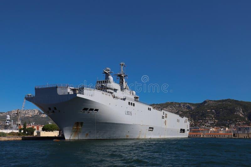 Helikopterbäraren Dixmude för amfibisk anfall anslöt i den franska maringrunden på hamnen av Toulon, Frankrike royaltyfri bild