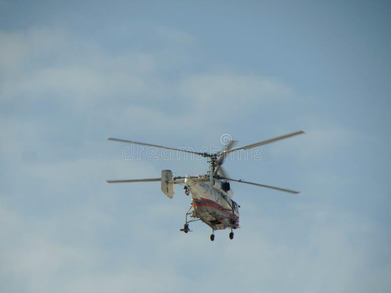 Helikopterflyg i himlen arkivbilder