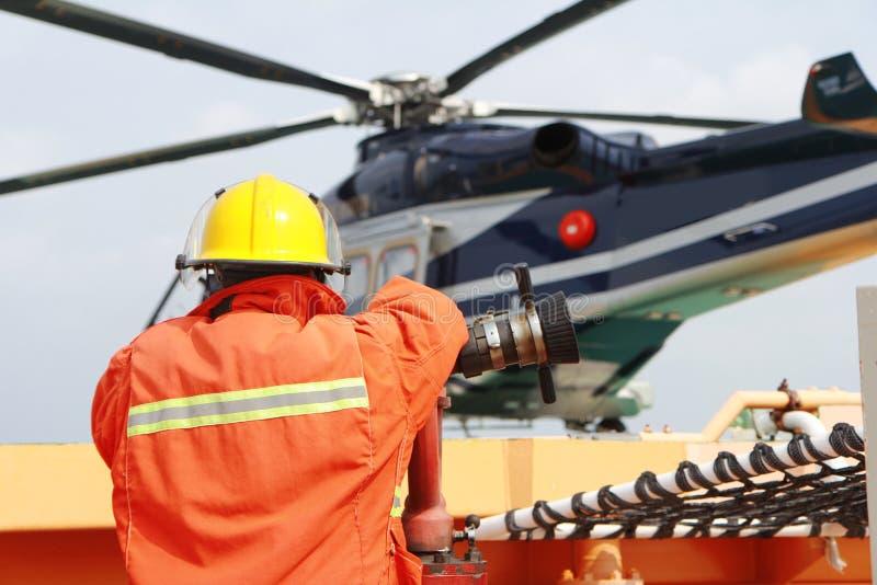 Helikopterlandningtjänsteman som meddelar med piloten royaltyfri bild