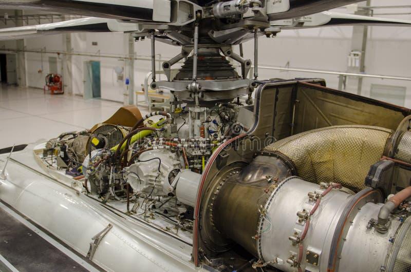 Helikoptermotor synlig för underhåll i en hangar royaltyfria bilder