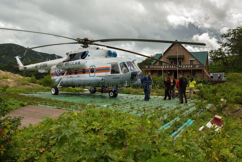 Helikoptern landade på den jordnear reservadministrationen i dalen av Geysers Kronotsky naturreserv på Kamchatka royaltyfri fotografi