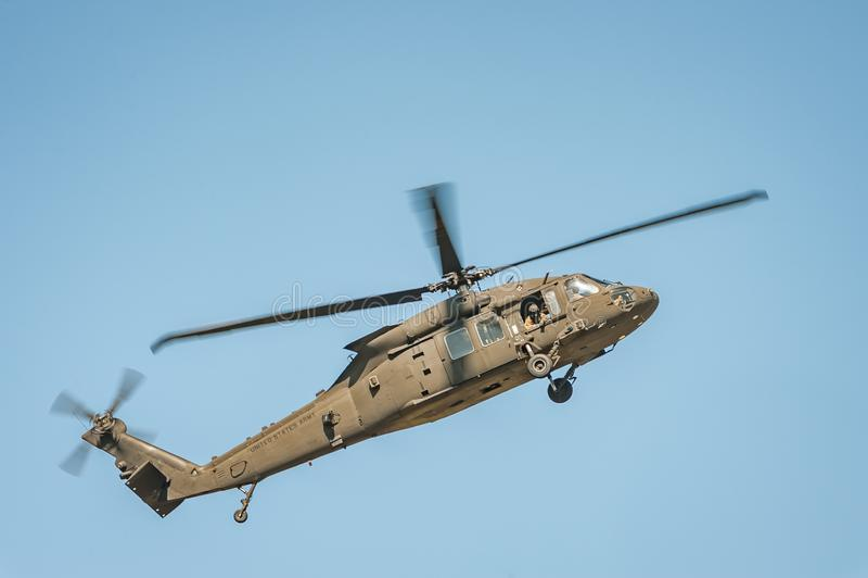 Helikoptern på airshow visar dess kapaciteter royaltyfri bild