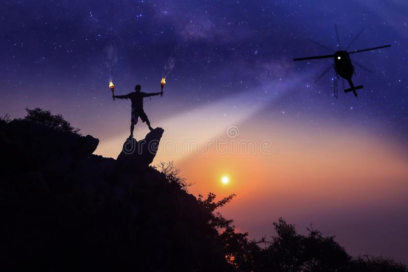 Helikopteronderzoek naar ontbrekende personen op de bovenkant van berg stock foto's