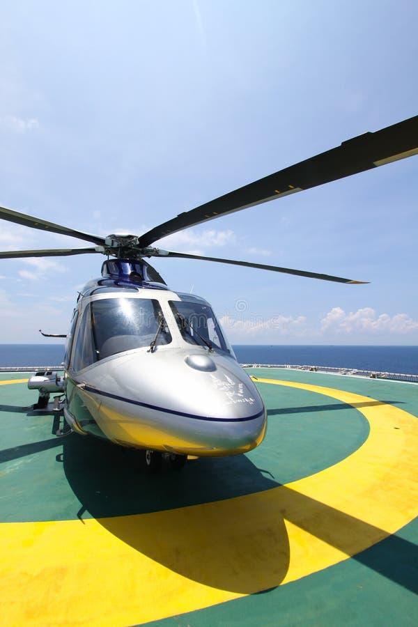 Helikopterparkeringslandning på den frånlands- plattformen Helikopteröverföringsbesättningar eller passagerare till arbete i från arkivbild