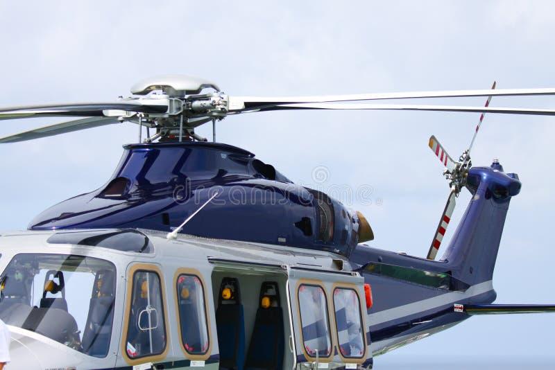 Helikopterparkeringslandning på den frånlands- plattformen Helikopteröverföringsbesättningar eller passagerare till arbete i från royaltyfri foto