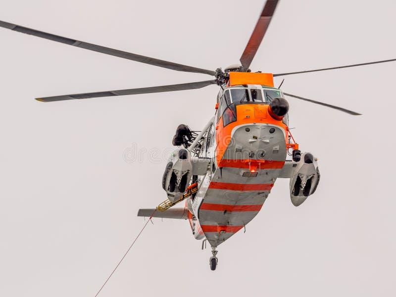 Helikopterräddningsaktion på havet arkivfoto