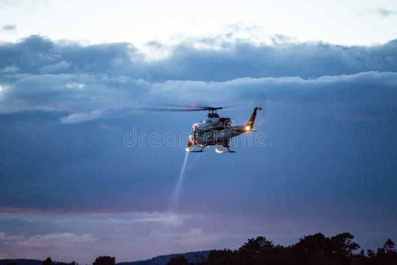 Helikoptersökande och räddningsaktion för att drunkna offer arkivfoton