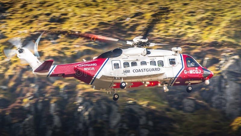 Helikoptersökande och räddningsaktion för HM Coastgurad SAR arkivfoto