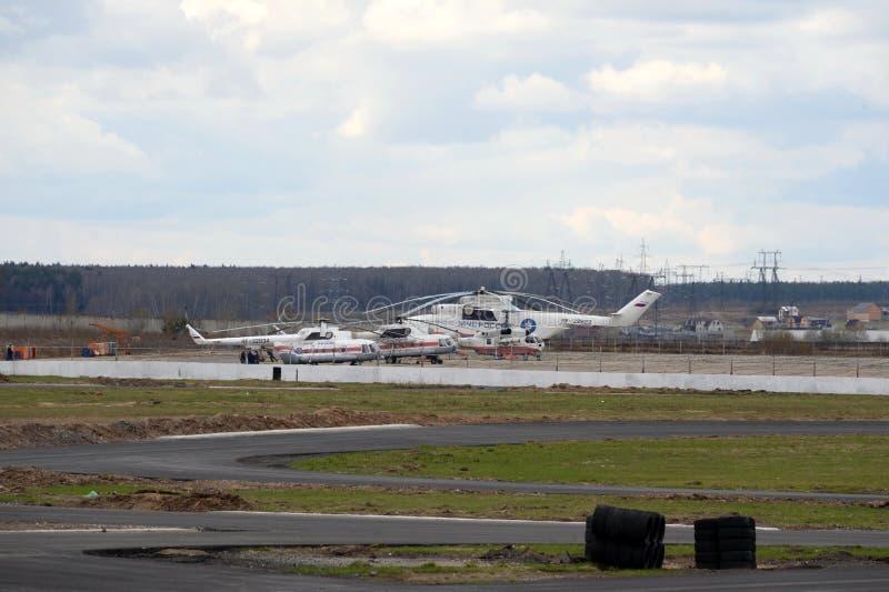 Helikopters van het Ministerie van Noodsituatiesituaties van Rusland bij het Myachkovo-vliegveld royalty-vrije stock afbeelding