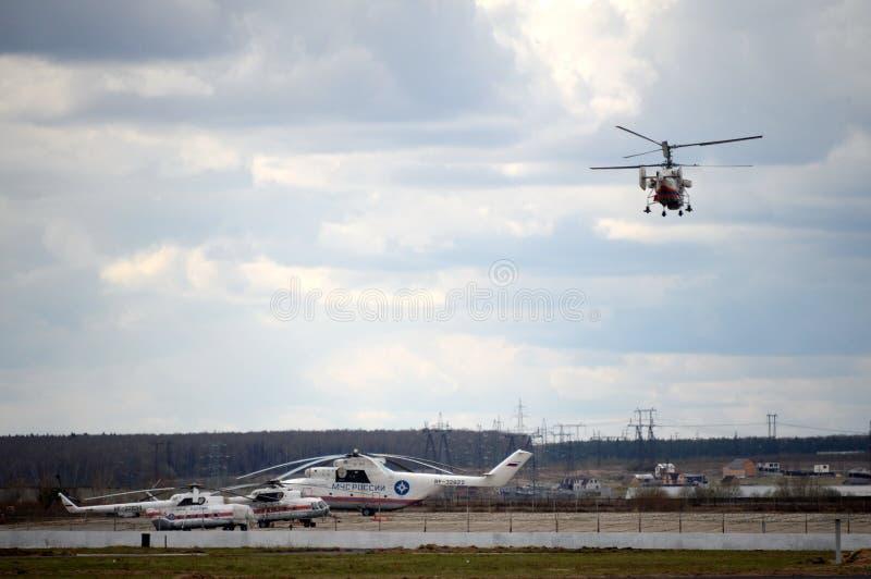 Helikopters van het Ministerie van Noodsituatiesituaties van Rusland bij het Myachkovo-vliegveld royalty-vrije stock fotografie