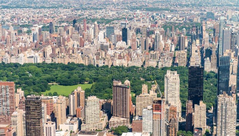 Helikoptersikt av Central Park och stadsskyskrapor i Manhatta royaltyfri foto