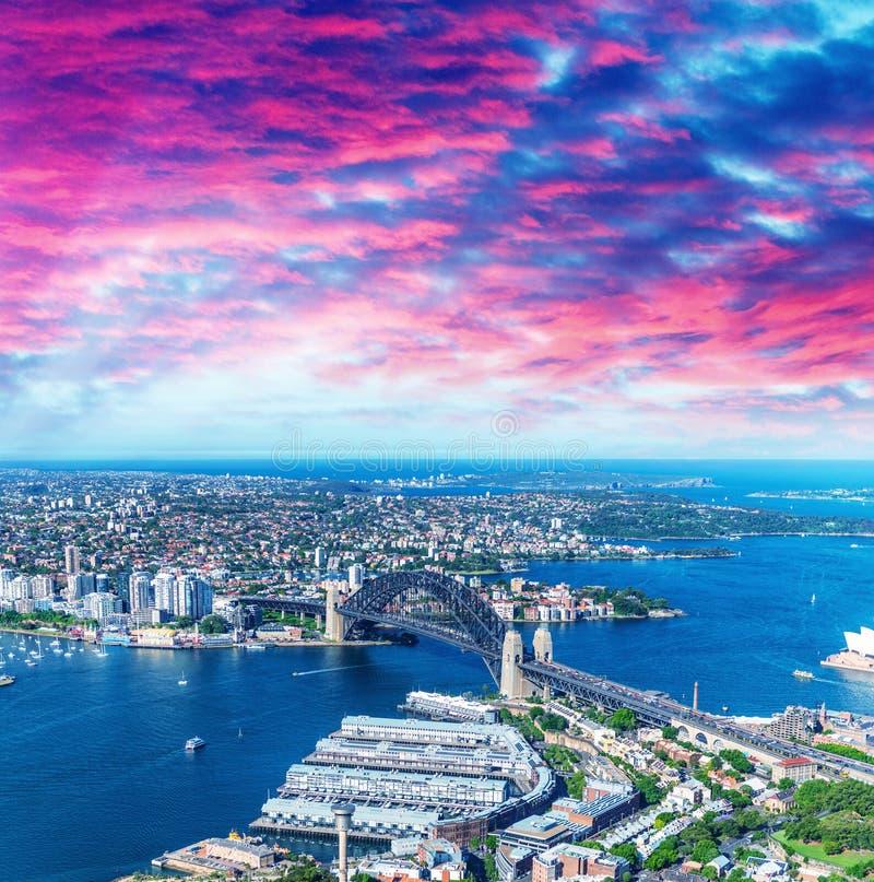 Helikoptersikt av Sydney Harbor Bridge och stadshorisont, Austra arkivfoton