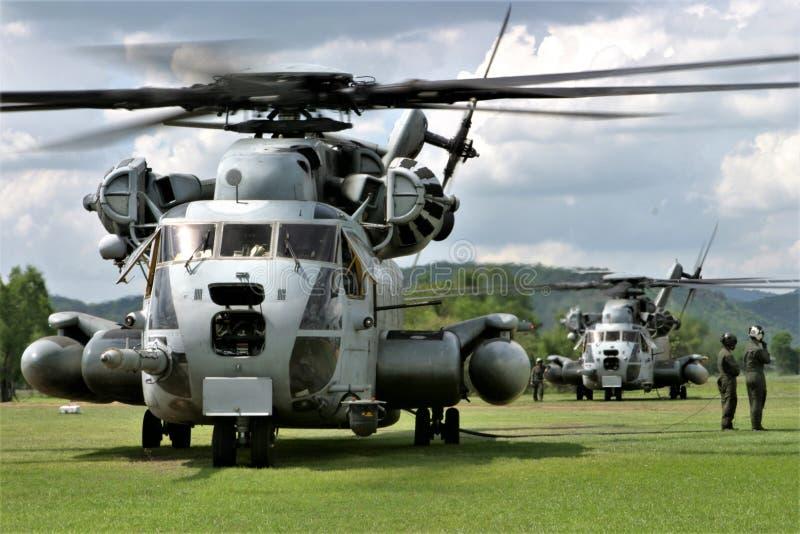 Helikoptrar CH-53 i ett fält royaltyfria bilder