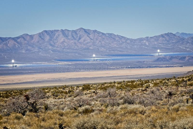 Heliostats solares no deserto imagens de stock royalty free