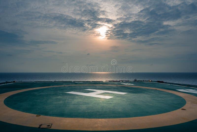 Helipuerto de la plataforma costera en el golfo de Tailandia el tiempo del nigkt con la luna, imagen de archivo