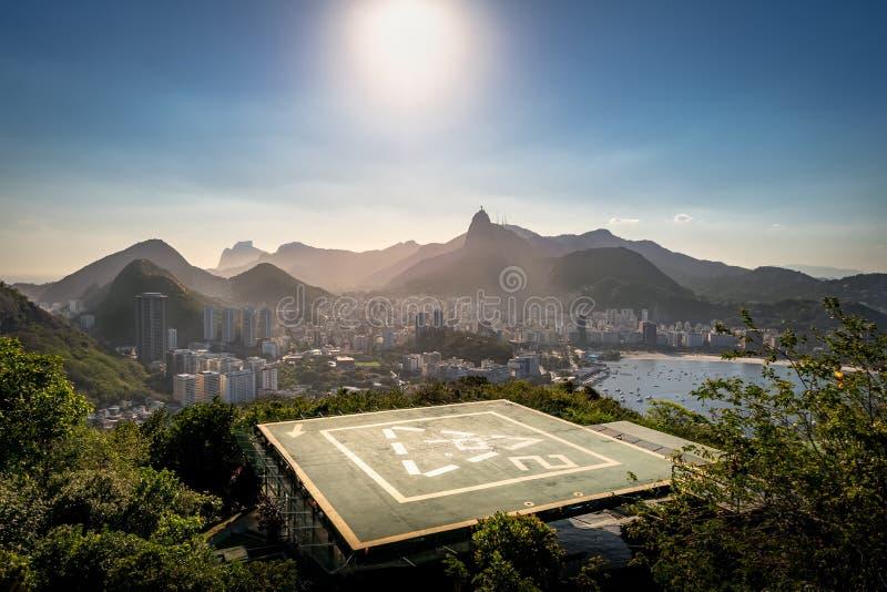 Helipuerto y vista aérea de Rio de Janeiro con y de la montaña de Corcovado y de la bahía de Guanabara - Rio de Janeiro, el Brasi fotografía de archivo libre de regalías