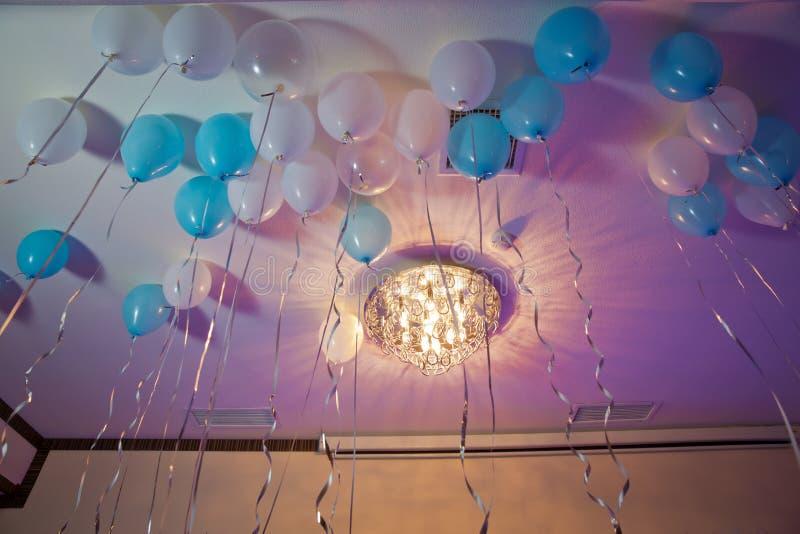 Heliumballone Colorfull-Ballone schwimmen auf die weiße Decke im Raum für die Partei Hochzeit oder Kindergeburtstagsfeier lizenzfreie stockfotos
