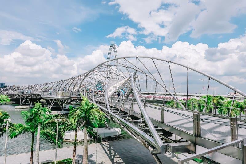 Helix most, jest zwyczajnego mostu zazębiania Marina Centre z Marina południe w Marina zatoki terenie w Singapur zdjęcie royalty free