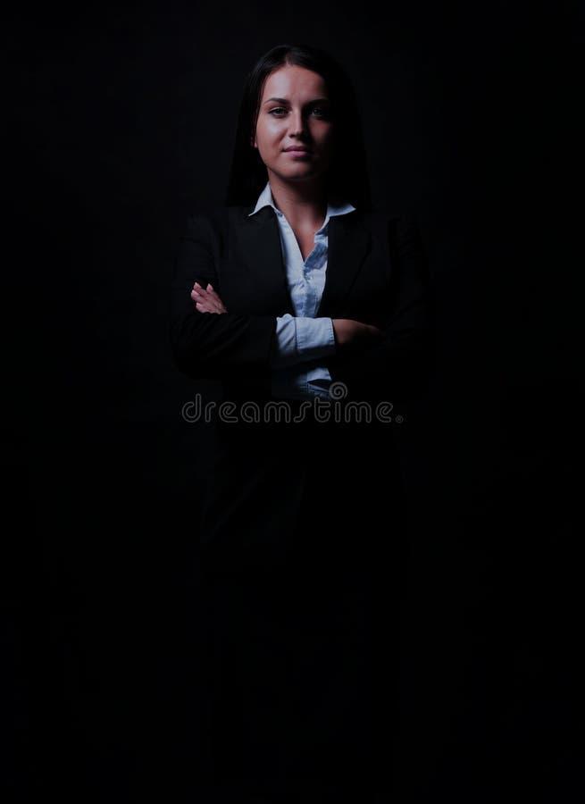 Hellång stående av affärskvinnan som isoleras på svart backgro arkivfoto