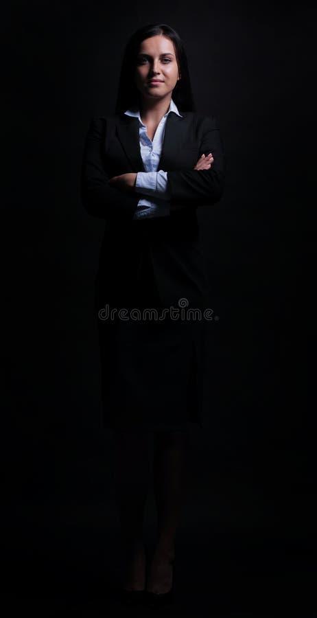 Hellång stående av affärskvinnan som isoleras på svart backgro royaltyfria bilder