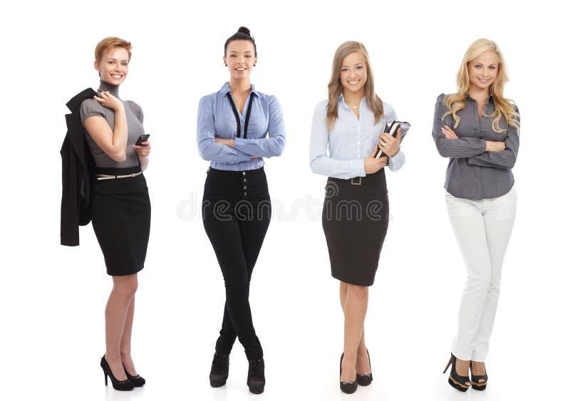 Hellång stående av att le affärskvinnor royaltyfri bild