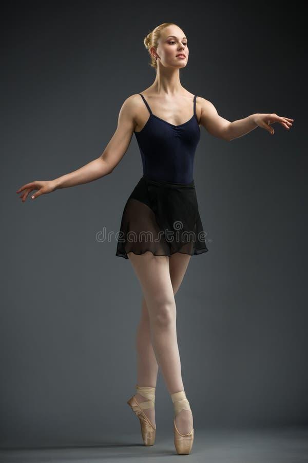 Hellång stående av danskvinnligbalettdansören arkivbilder