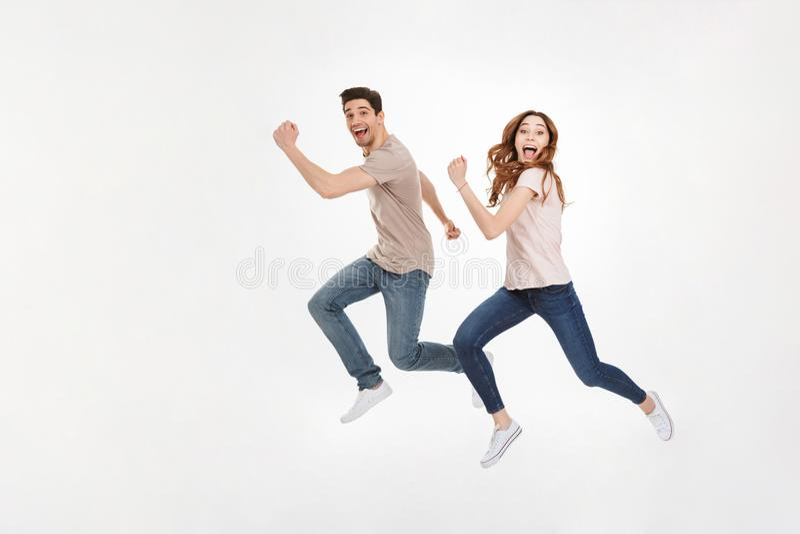 Hellångt foto av den lyckliga den parmannen och kvinnan i tillfällig t-shir arkivfoton