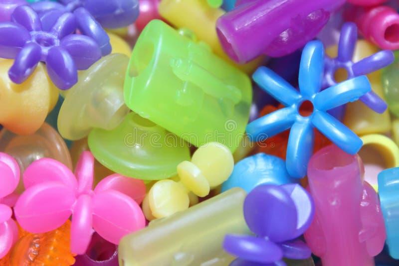 Hell farbige geformte Perlen stockbilder