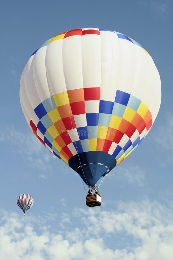 Hell farbige Heißluft-Ballone lizenzfreie stockfotografie